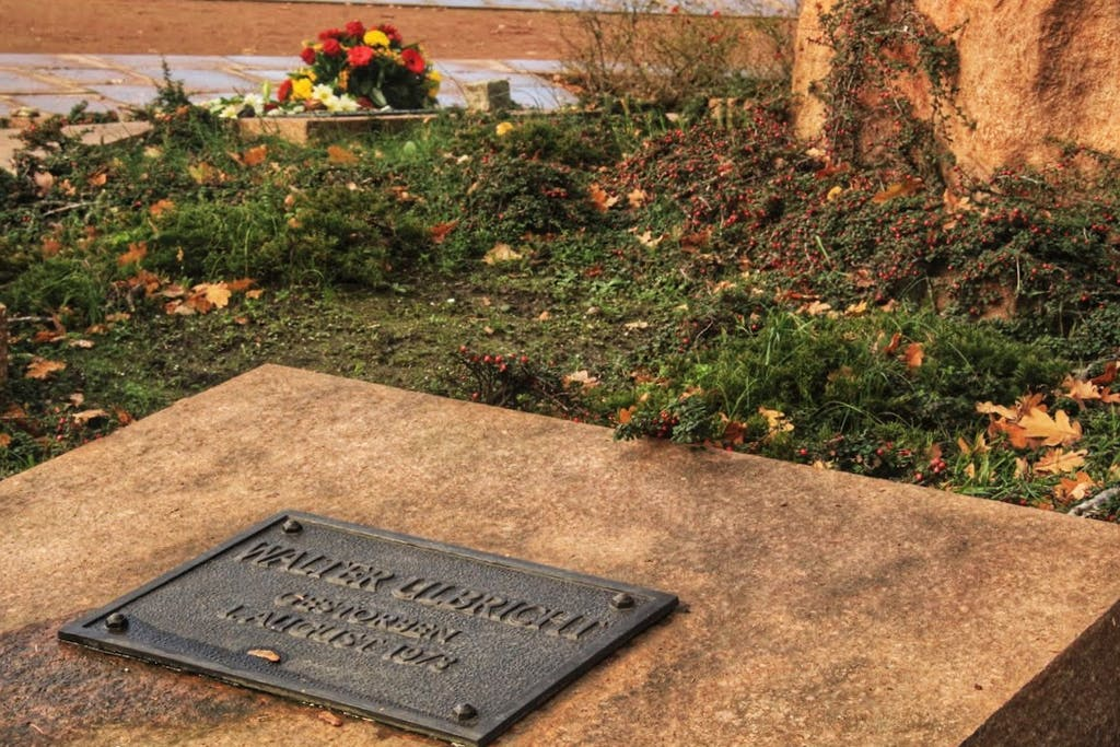 Hier wurden führende Sozialisten und Kommunisten, von denen viele im Widerstand gegen die Nazis umkamen, beigesetzt. Die DDR schloss an diese Tradition an und viele führende DDR-Funktionäre wie Ulbricht wurden hier bestattet.