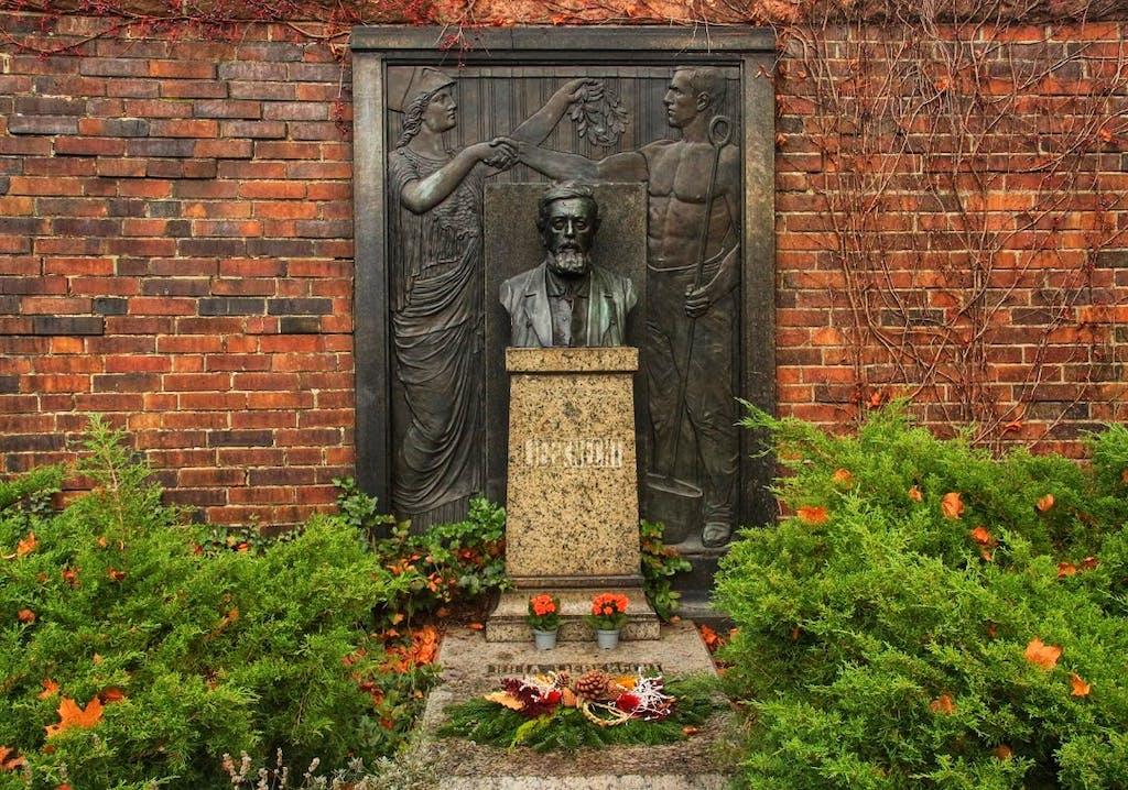 SPD-Gründer Wilhelm Liebknecht war der erste prominente Vertreter der Arbeiterbewegung der auf dem Zentralfriedhof bestattet wurde. Zu seiner Trauerfeier säumten 1900 100.000 Trauernde die Straßen Berlins. Später fand hier auch sein Sohn Karl Liebknecht, KPD-Führer, nach seiner Ermordung 1919 seine letzte Ruhestätte.