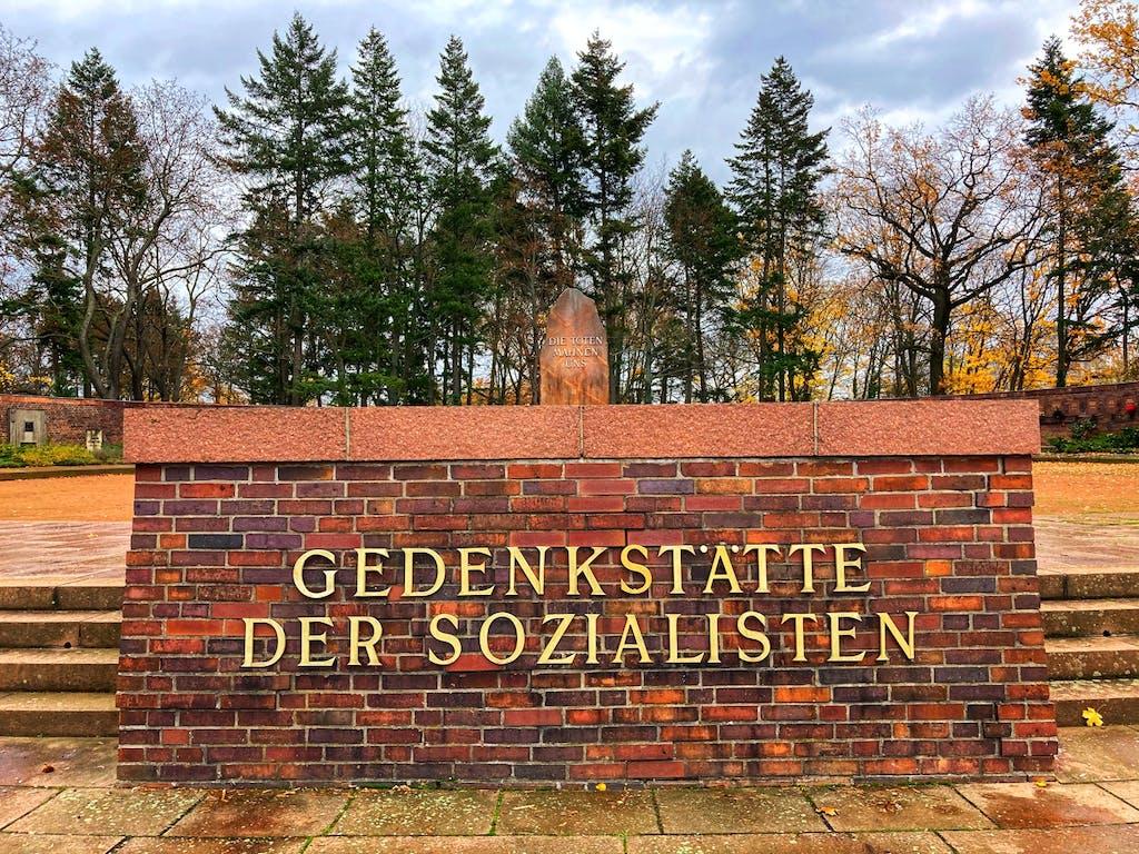 Auf dem Podium an der Gedenkstätte der Sozialisten trat die SED-Parteispitze bei den Großdemos zum Gedenken an Liebknechts & Luxemburgs Ermordung versammelt auf.