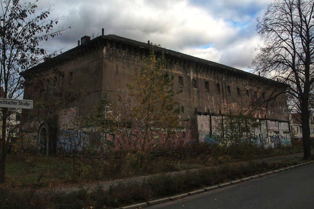 Dieser Hochbunker wurde 1940 von der Wehrmacht für die Soldaten der Festungspionierschule errichtet. Ob er jemals genutzt wurde, ist nicht ganz klar.