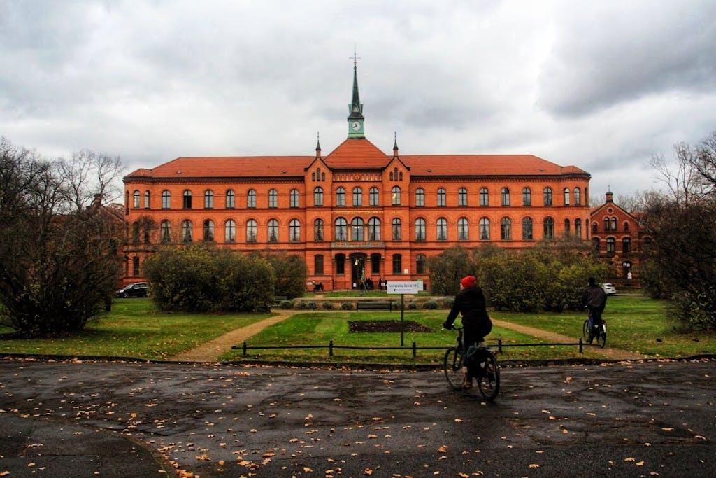 Hauptgebäude des Evangelischen Elisabeth-Herzberge-Krankenhauses. Im 19. Jahrhundert hat man wirklich sehr schöne Krankenhäuser gebaut.