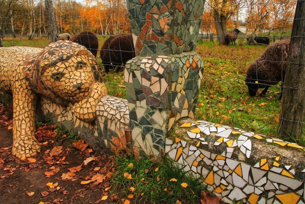 Ein Löwe und viele Schafe am Landschaftspark Herzberge