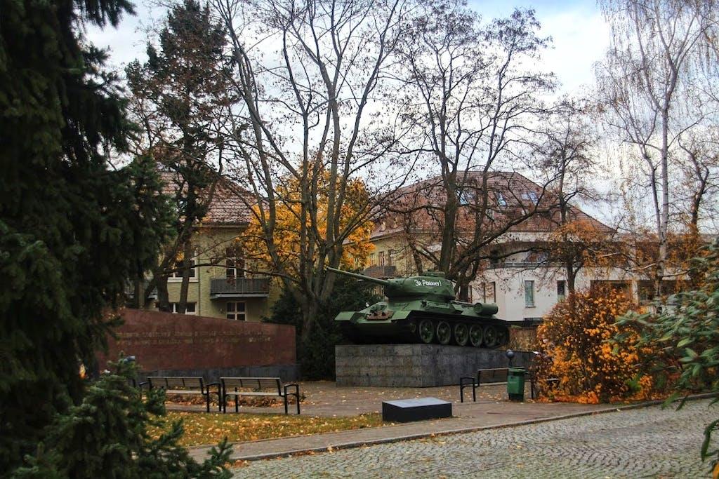 Auf dem ehemaligen Kasernengelände in Karlshorst, das nach der Wehrmacht von den sowjetischen Truppen genutzt wurde, findet sich sogar noch ein Panzer.