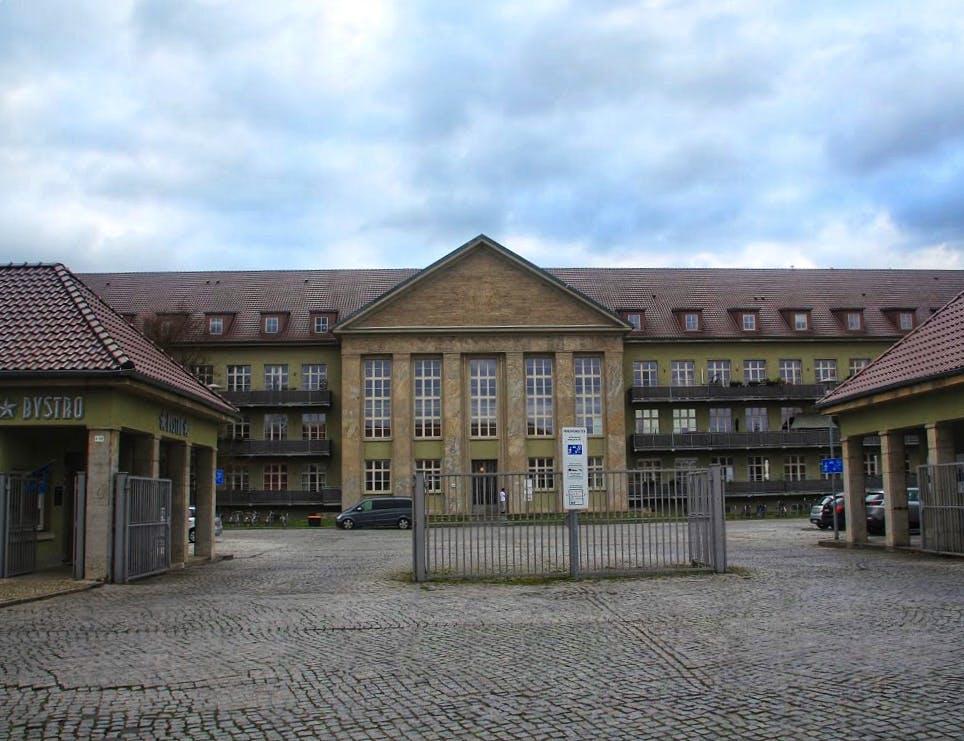 In der Festungspionierschule wurden im 2. Weltkrieg Angehörige der Wehrmacht ausgebildet, später saß hier der KGB und jetzt wohnt es sich hier anscheinend sehr angenehm.