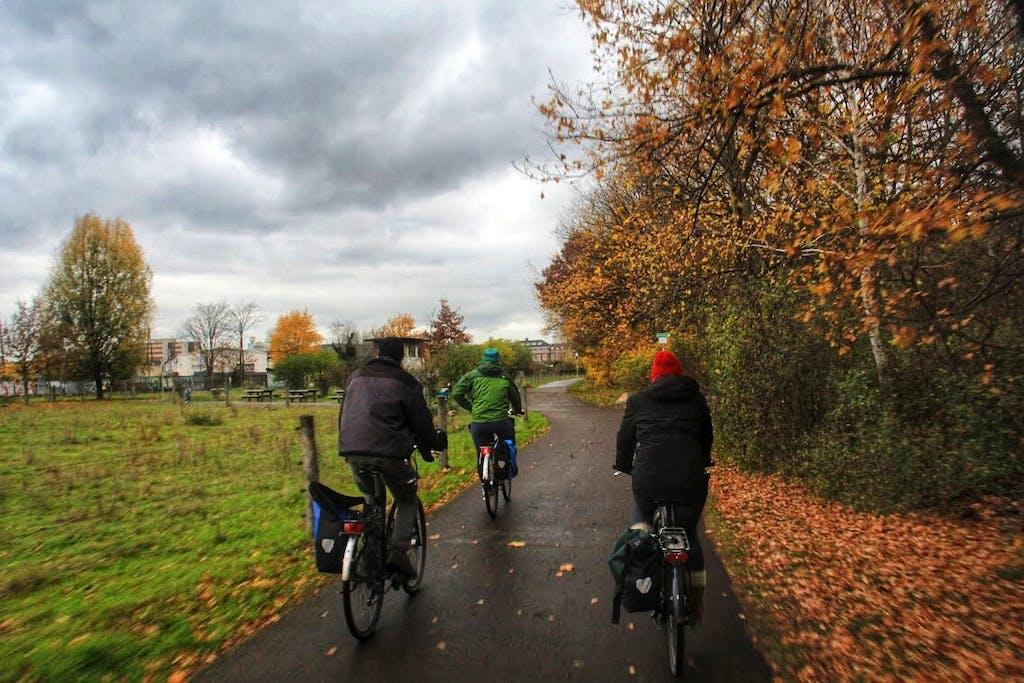 Radfahrer im Landschaftspark Herzberge