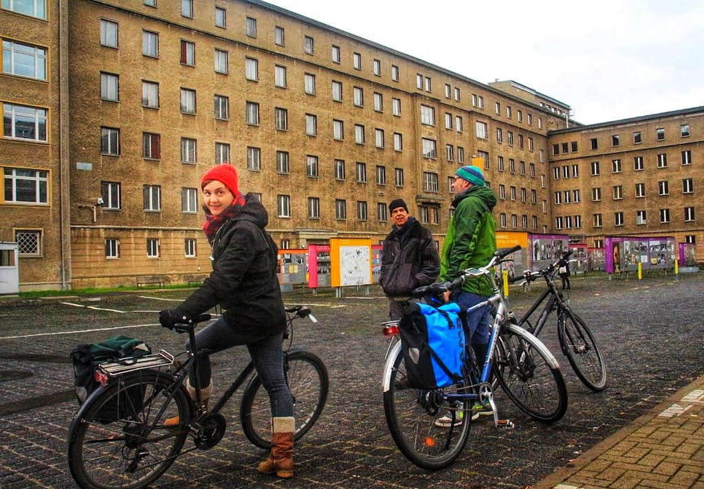 Berlin on Bike Team im Hof der ehemaligen Stasi-Zentrale