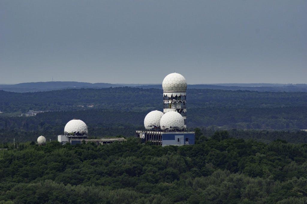 Auch die Radarstation auf dem Teufelsberg ist vom Funkturm aus zum Greifen nah.