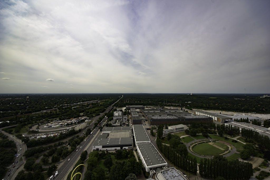 Von oben sieht es fast so aus, als sei die Stadt hier schon zu Ende, aber der Grunewald (rechts von der AVUS-Autobahn) gehört noch vollständig zu Berlin.