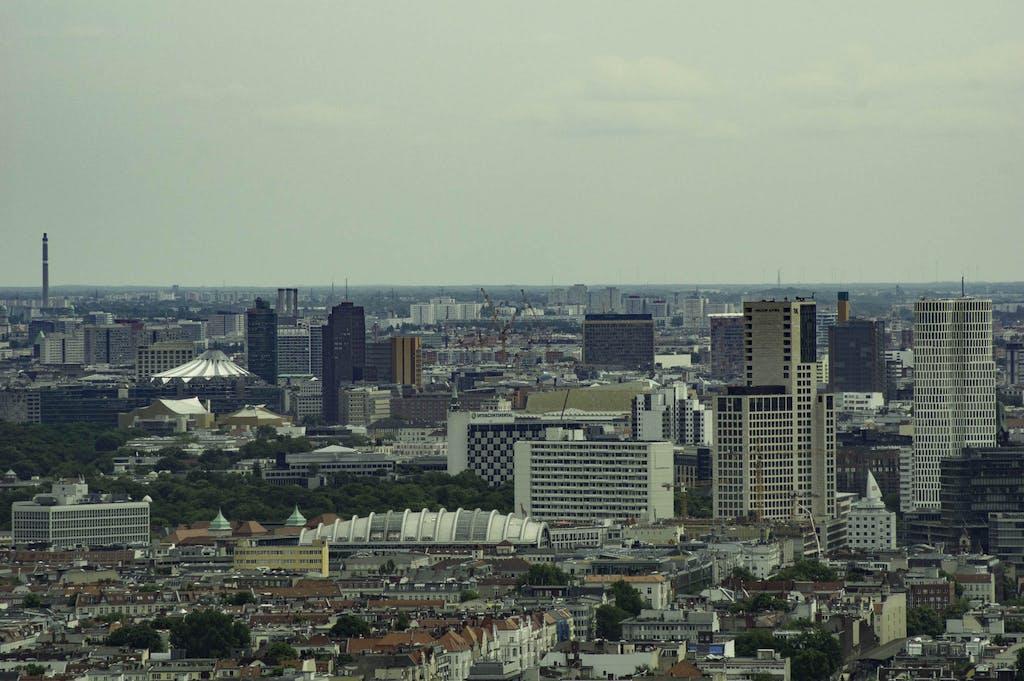 Rechts im Bild die City WEst mit Waldorf-Astoria, Upper West und dem Gürteltier-Haus der Börse; in der linken Bildhälfte ist der Potsdamer Platz deutlich zu erkennen.