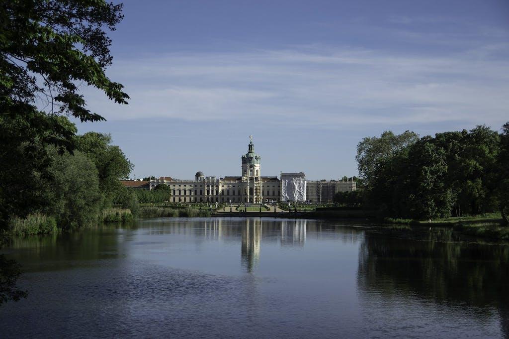 Selbst mit Gerüst eine Augenweide: Blick von einer Brücke auf das Schloss Charlottenburg mit seinem Rokkoko Garten.