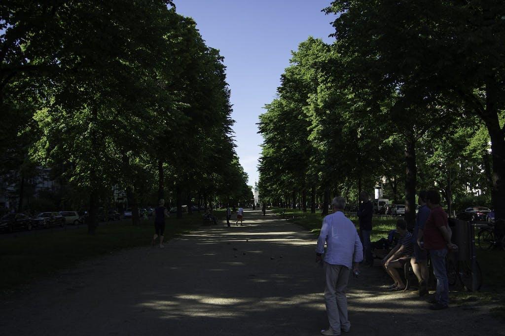 Boulespieler auf dem Mittelstreifen der Schlossstraße. Im hintergrund schon klein zu sehen die Kuppel des Schloss Charlottenburg