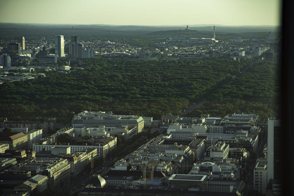 Berlin von oben: Brandenburger Tor, Tiergarten, Funkturm und im Hintergrund die alte Radarstation am Teufelsberg.