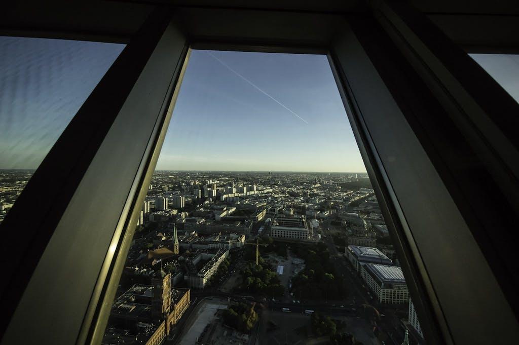 Blick aus dem Fenster des Fernsehturm am Alex mit Rotem Rathaus, Nikolaikirche und der Baustelle des Humboldtforum