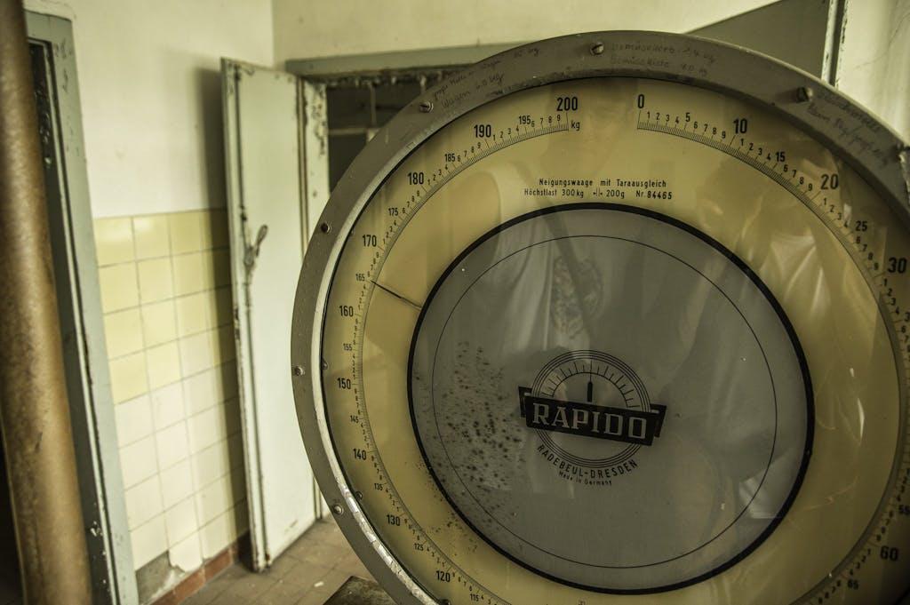 Die alte Waage in der Kantine ging jedenfalls noch, zusammen wiegen Martin und ich 165 kg, wie das verteilt ist, wird nicht verraten.