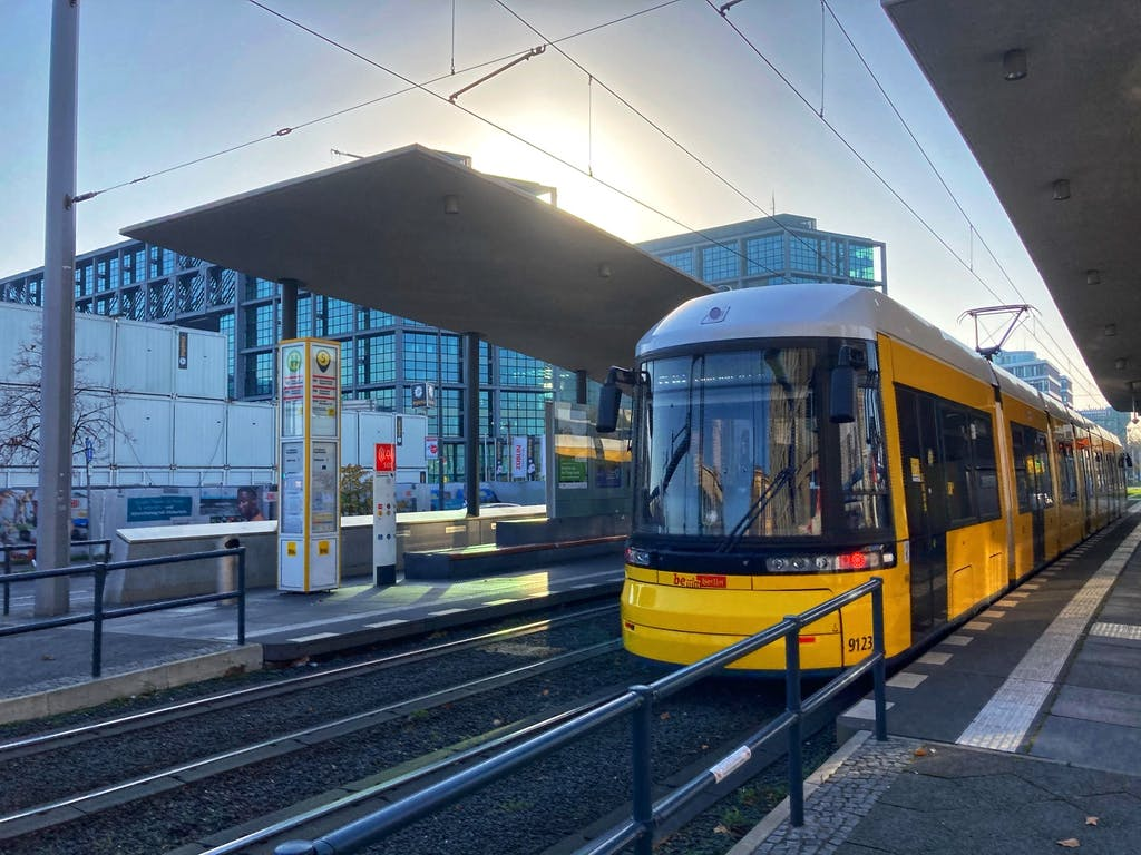 Tram-Haltestelle Hauptbahnhof mit geschwungenem Betondach
