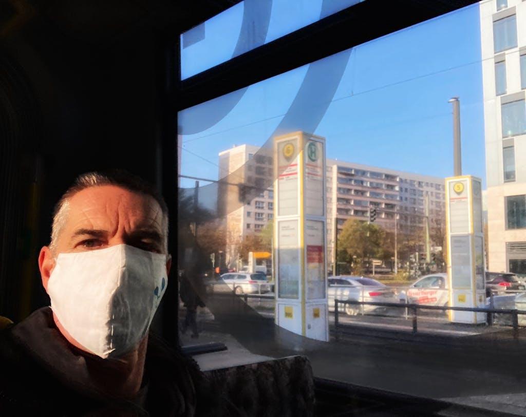 Berlin on Bike Gründer Wollo mit Maske in der M8