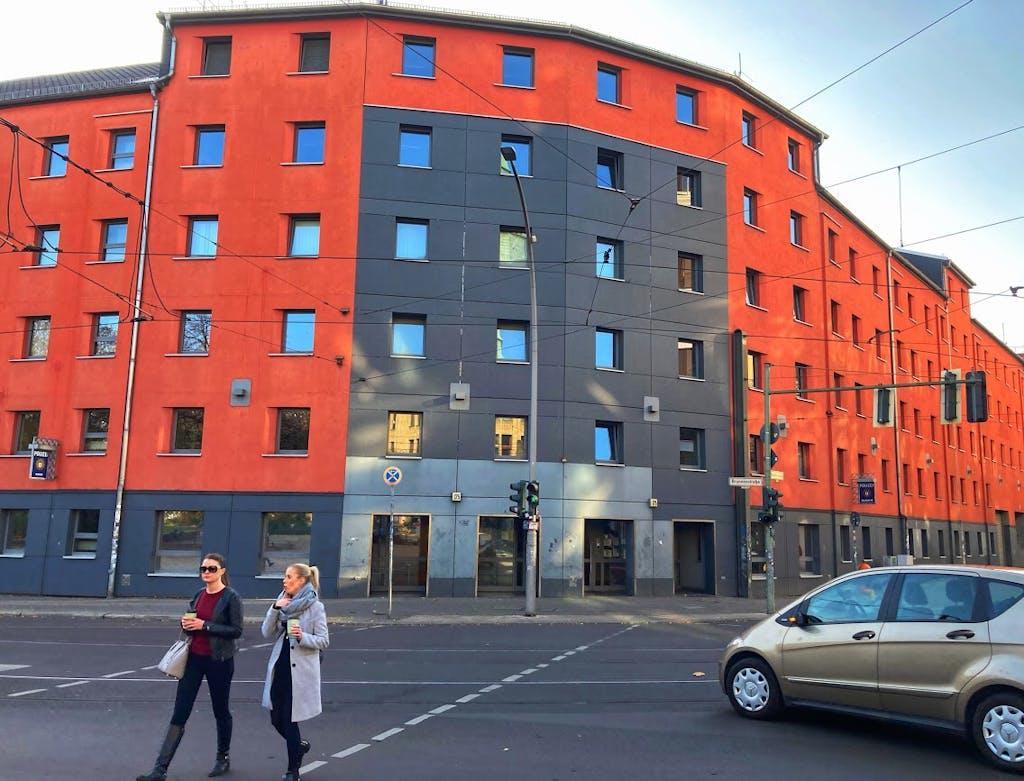 Polizeirevier Invaliden- Ecke Brunnenstraße. Zu Ost-Zeiten grau, die rote Farbe kam erst später
