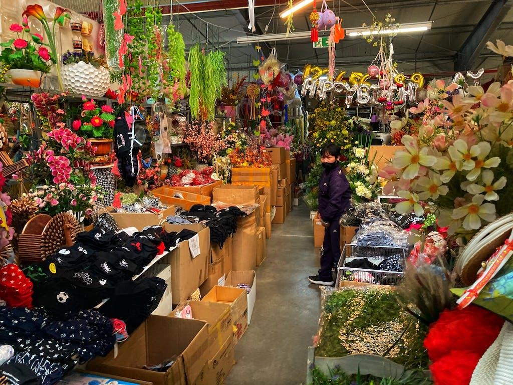 Vom Frisör zum Schneider, Sonnenbrille, Brautmode und Plastikblumen - es findet sich alles im vietnamesischen Großmarkt Dong Xuan Center in Lichtenberg. Und natürlich auch hervorragendes Essen und Spezialitäten.