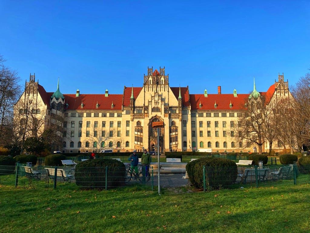 Imposante Fassade des Amtsgerichts Wedding