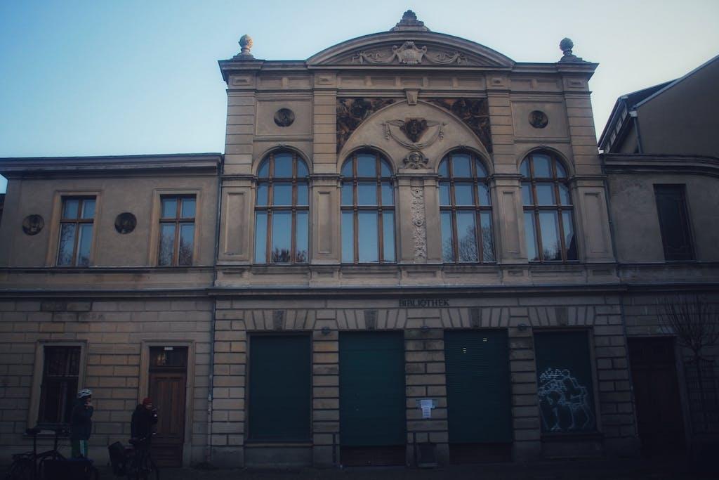 Historische Fassade am ehemaligen Luisenbad, wo früher die Quelle entsprang, die dem Gesundbrunnen seinen Namen gab.