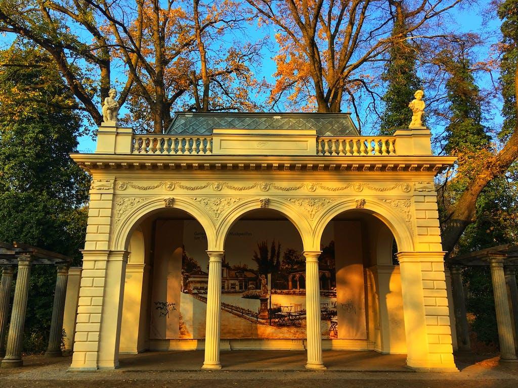 Am Musikpavillon im Bürgerpark Pankow, gleich am Rosengarten finden heute im Sommer immer noch Konzerte statt.
