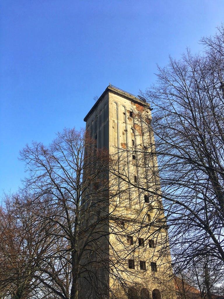 Der weithin sichtbare Wasserturm Heinersdorf sieht schon arg mitgenommen, nicht nur die Fassade bröckelt, auch das Innere ist seit einem Brand 2014 zerstört. Die eckige Form des Turms ist für einen Wasserturm ziemlich ungewöhnlich.