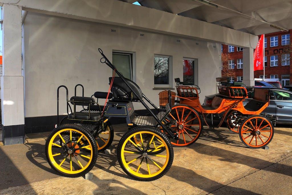 Dafür haben wir gleich um die Ecke diese schönen historischen Kutschen bei einem Autohändler entdeckt, die man als stilechtes Hochzeitsgefährt mieten kann.