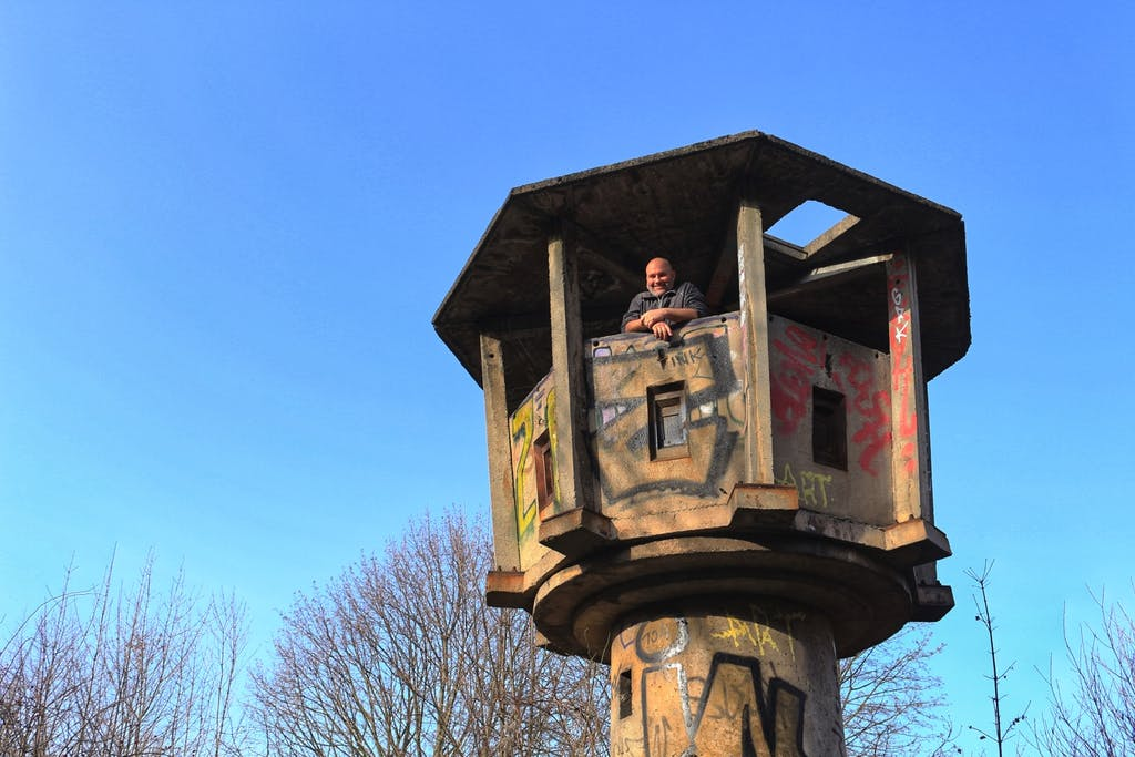 Andi auf dem erhaltenen Stasi-Wachturm an der Kreativstadt Weißensee