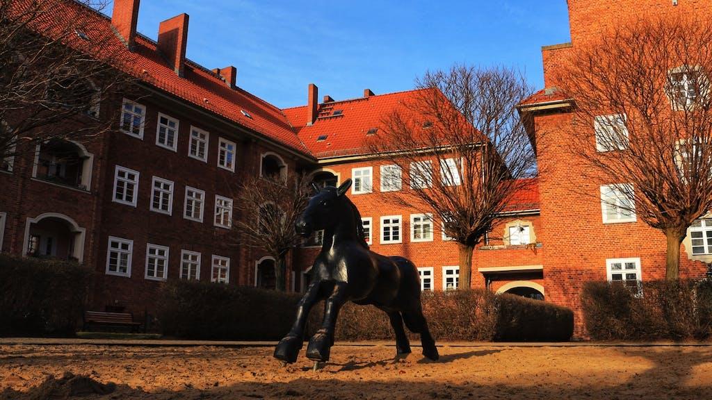 Lichter Innenhof mit Spielplatz im Holländerviertel in Weißensee