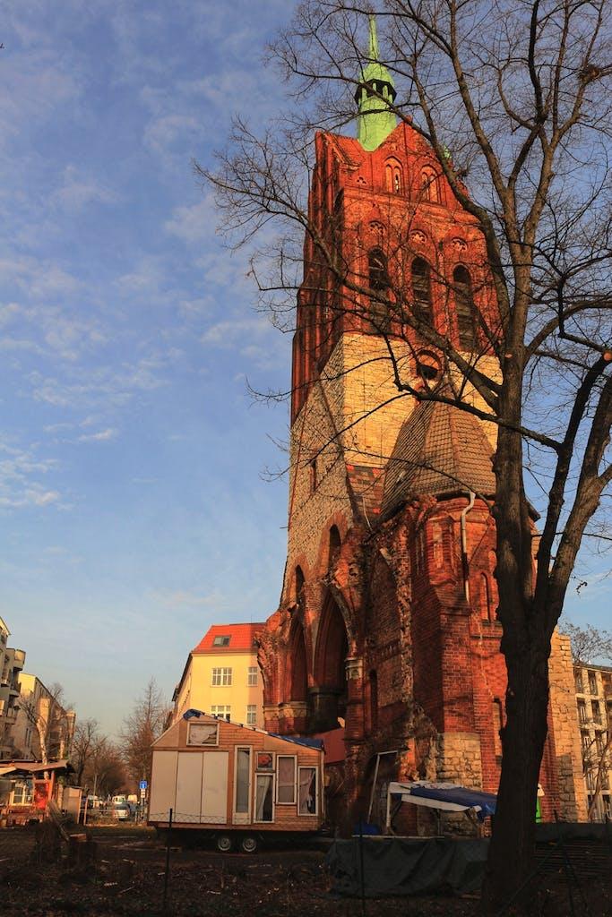 Von der Bethanienkirche blieb nach dem Krieg nur der Turm, ganz ähnlich wie bei einer Kirche, bei deren Einweihung ebenfalls Wilhelm II. zugegen war, der Gedächtniskirche.