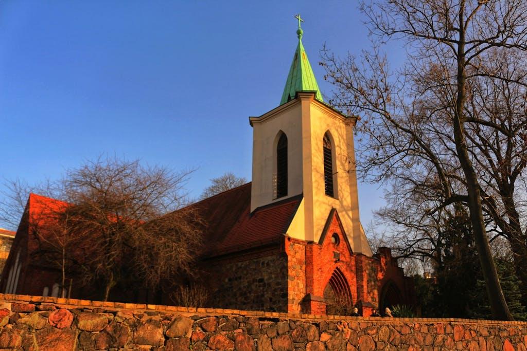 Das Zentrum Weißensees als es noch Dorf war - die alte Dorfkirche mit Ursprüngen im 13. Jahrhundert.