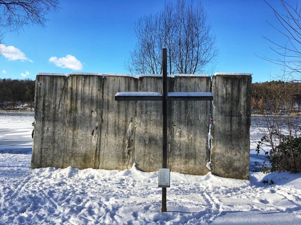Mauerrest und Gedenkkreuz für Maueropfer am Griebnitzsee