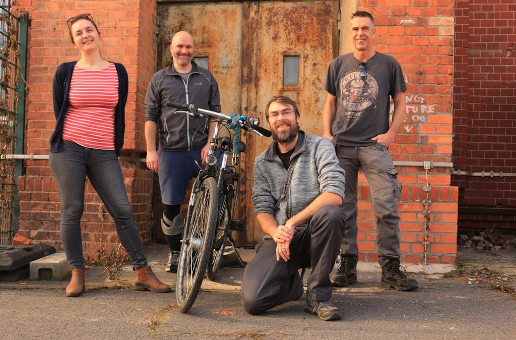 Berlin on Bike Team im Hof des Motorwerks