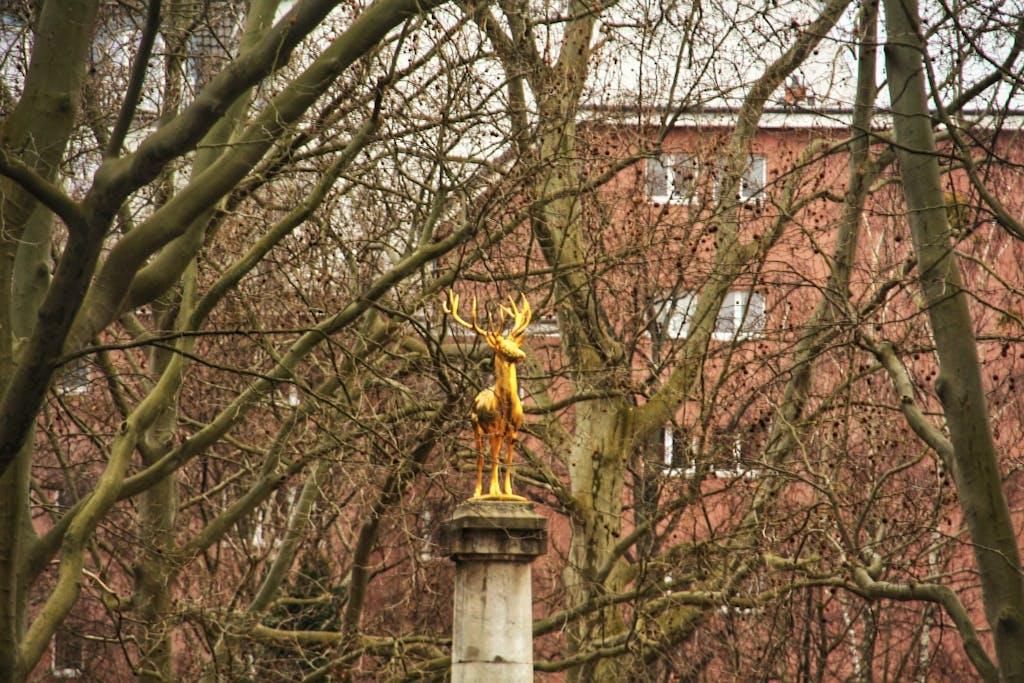 Der Goldene Hirsch funkelt im Rudolph-Wilde-Park - der Hirsch ist das Wappentier Schöneberg.