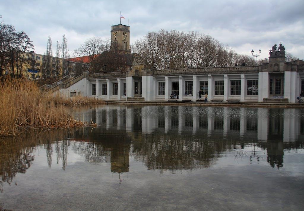 Sieht überhaupt nicht so aus, aber hinter dieser Fassade im Rudolph-Wilde-Park verbirgt sich der U-Bahnhof Rathaus Schöneberg, mit Aussicht auf den Ententeich.