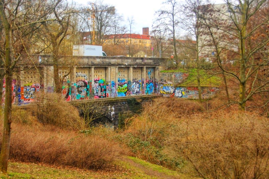 Hinter dieser weniger prunkvollen Fassade, die eher an einen Bunker erinnert, verbirgt sich ebenfalls eine U-Bahn, die der Linie U2. Barbrücke am Fennsee.