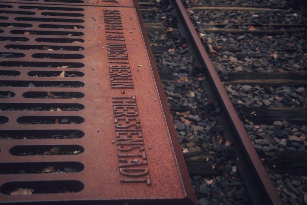 Bahnsteigkante am Mahnmal Gleis17 Grunewald