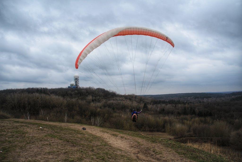 Gleitschirmflieger am Drachenberg