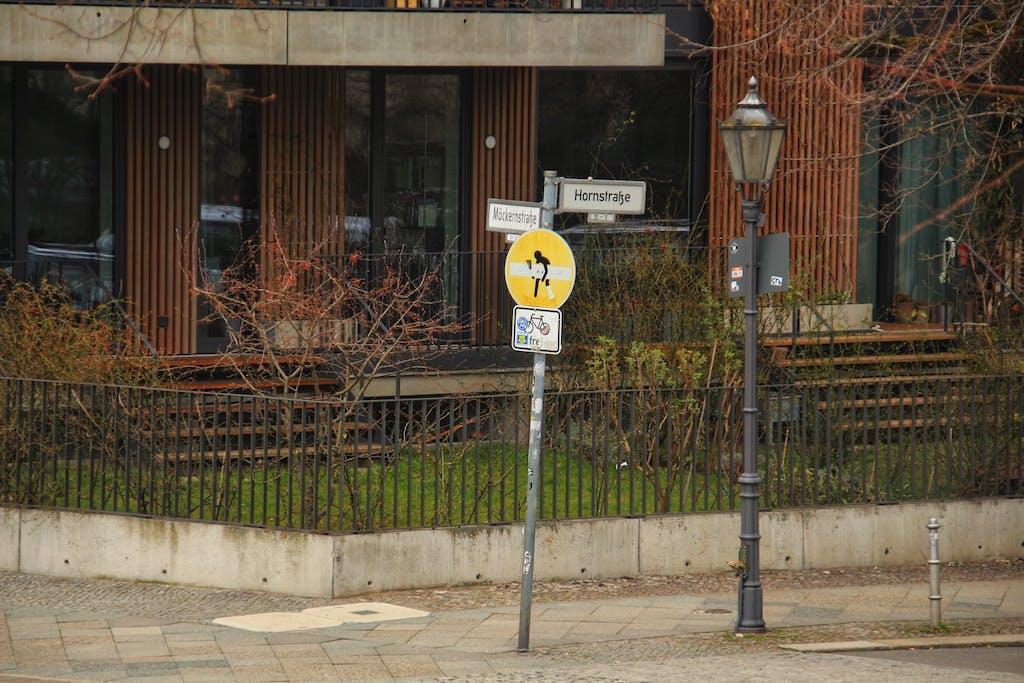 Straßenschild mit Streetart