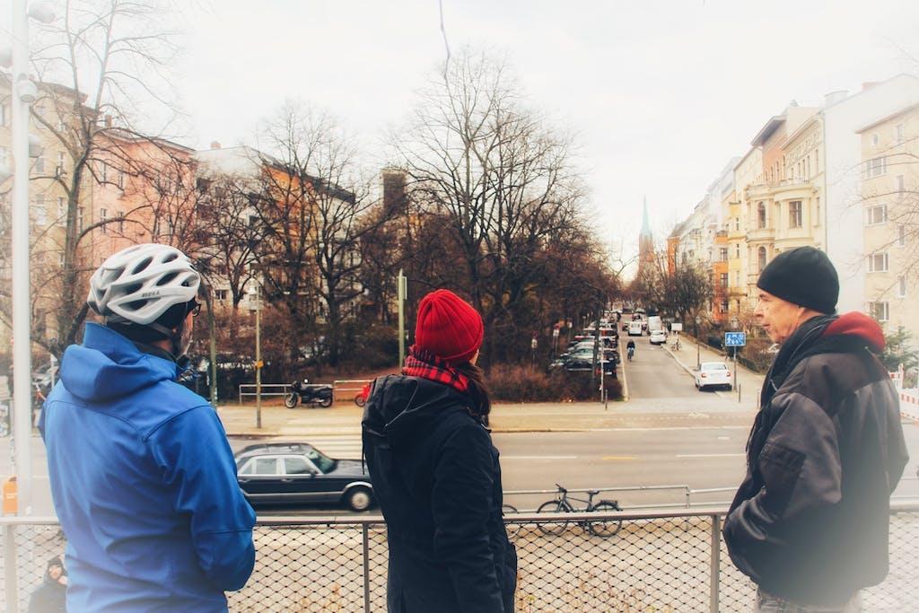 Blick auf die Hornstraße, die am Park am Gleisdreieck in einer Sackgasse endet.
