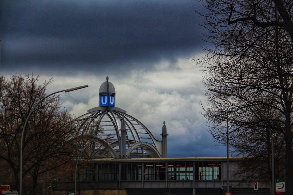 Die Kuppel des U-Bahnhofs Nollendorffplatz sieht heute besonders eindrucksvoll aus.