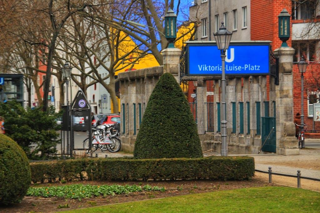 Die akkurat geschnittenen Bäumchen passen gut zum gediegenen Ambiente am Viktoria-Luise-Platz