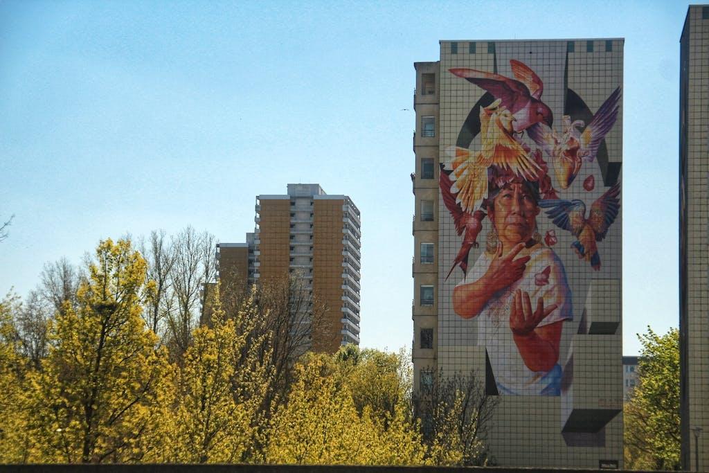 Mural an einem Hochhaus im Springpfuhl