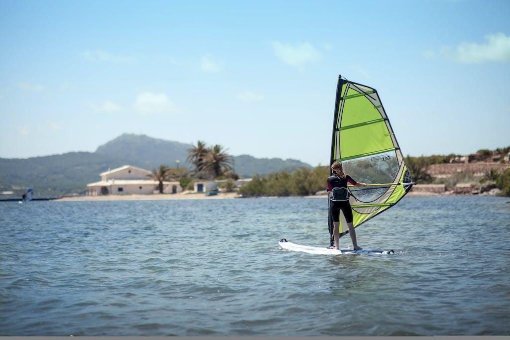 Chica haciendo windsurf en Fornells
