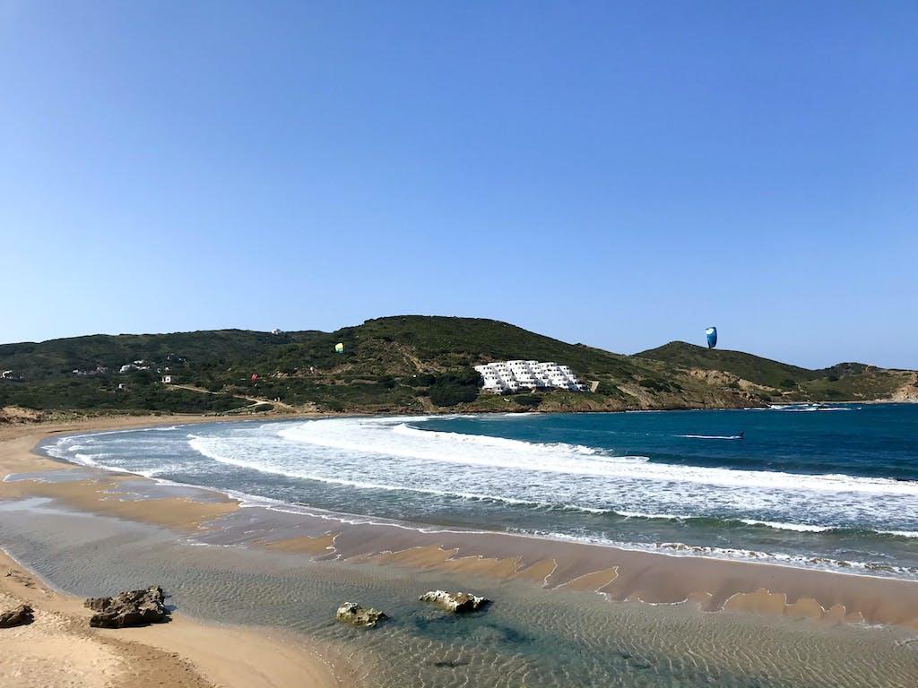 kitesurfers navegando en Cala Tirant Menorca